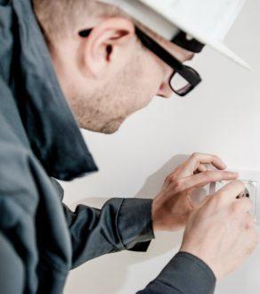 Instalowanie aparatury elektrotechnicznej w budynkach